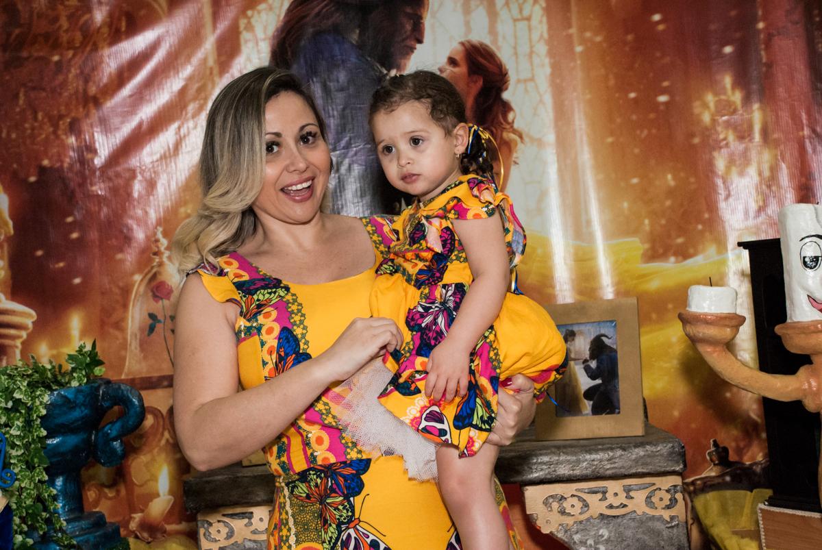 fotografia mãe e filha no Buffet Lacorte, Tatuapé, São Paulo aniversário de Luiza 3 anos, tema da festa A Bela e a Fera