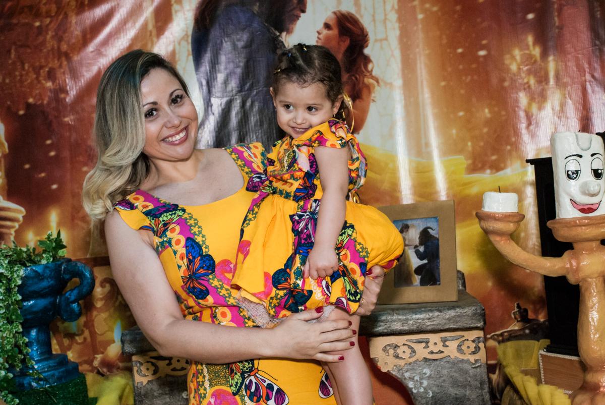 mãe e filha faz foto na mesa decorada no Buffet Lacorte, Tatuapé, São Paulo aniversário de Luiza 3 anos, tema da festa A Bela e a Fera