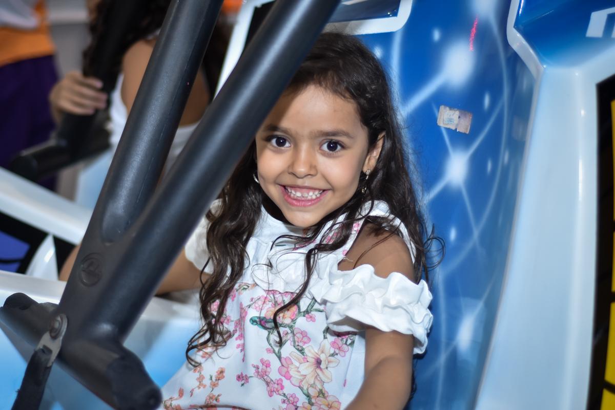 brincando no brinquedo elevador no Buffet Fábrica da Alegria, Osasco, São Paulo, tema da festa, meu malvado favorito