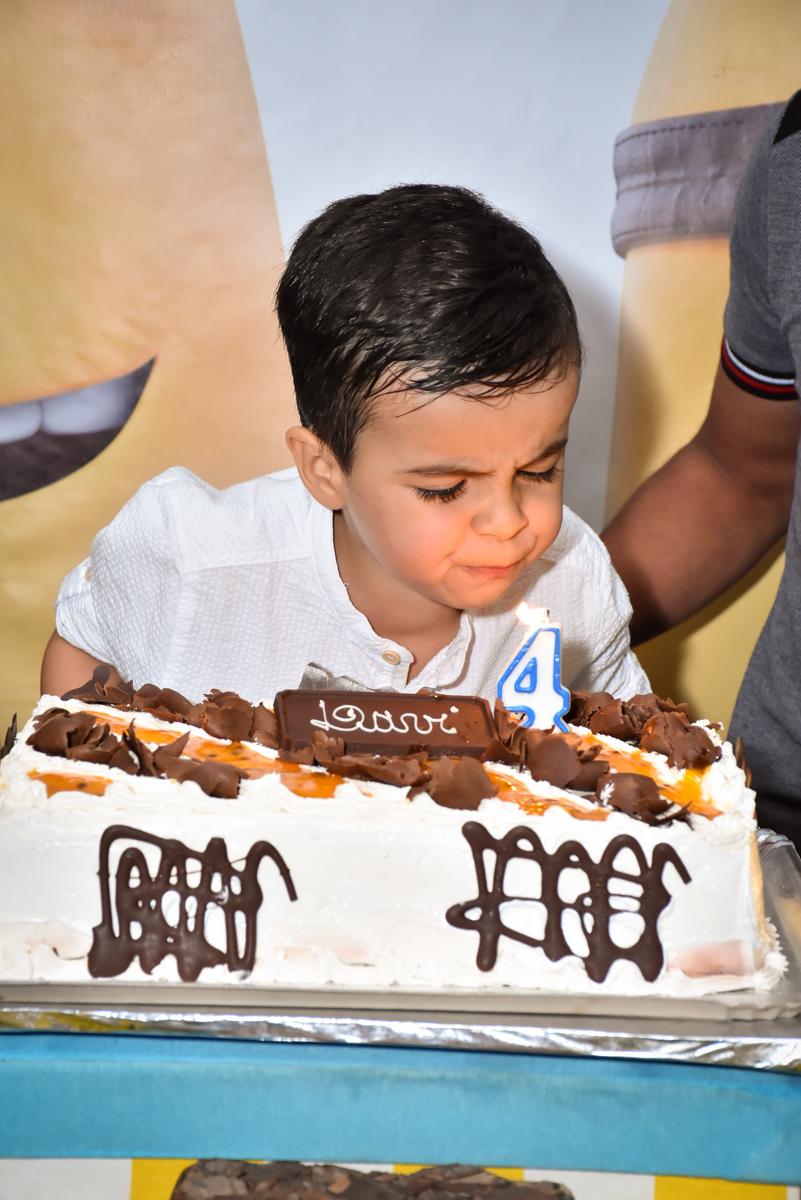 assoprando a vela do bolo no Buffet Fábrica da Alegria, Osasco, São Paulo, tema da festa, meu malvado favorito