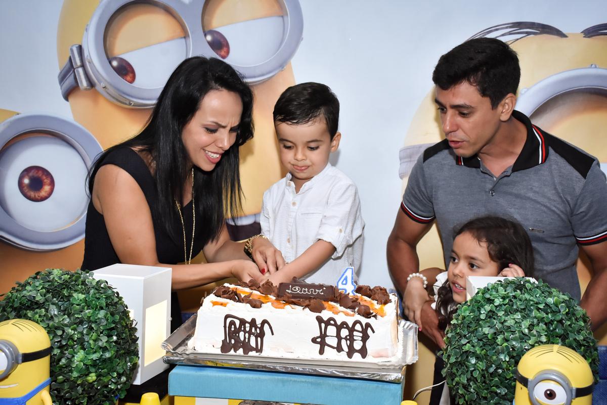 cortando o primeiro pedaço do bolo no Buffet Fábrica da Alegria, Osasco, São Paulo, tema da festa, meu malvado favorito