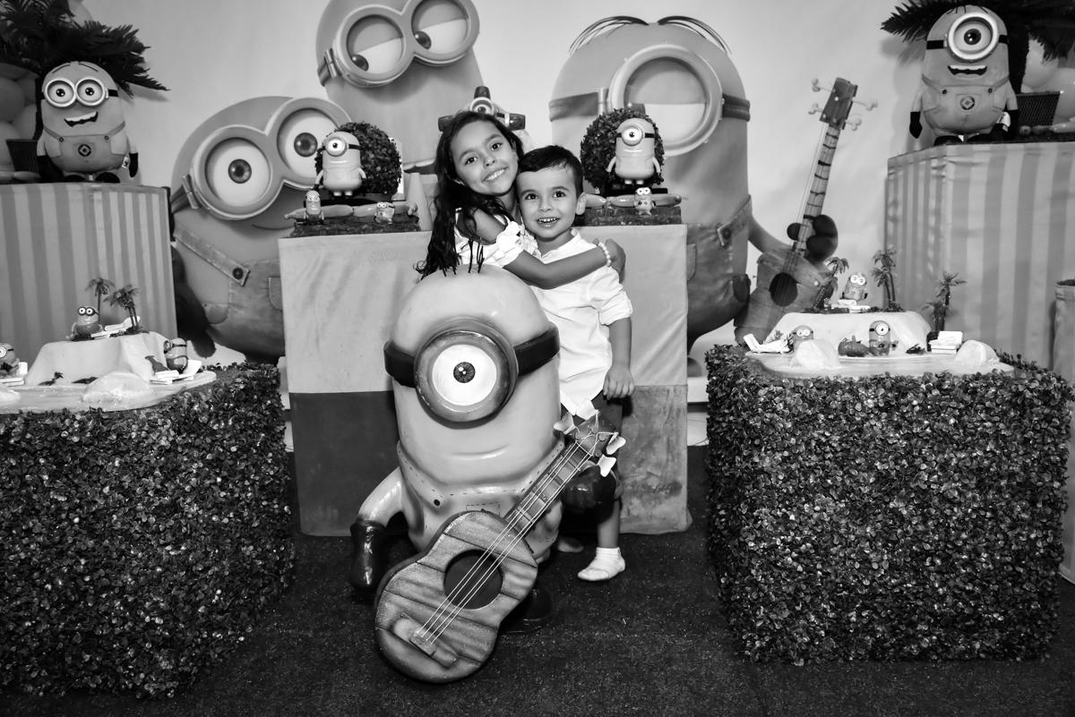 abraço gostoso dos irmãos no Buffet Fábrica da Alegria, Osasco, São Paulo, tema da festa, meu malvado favorito