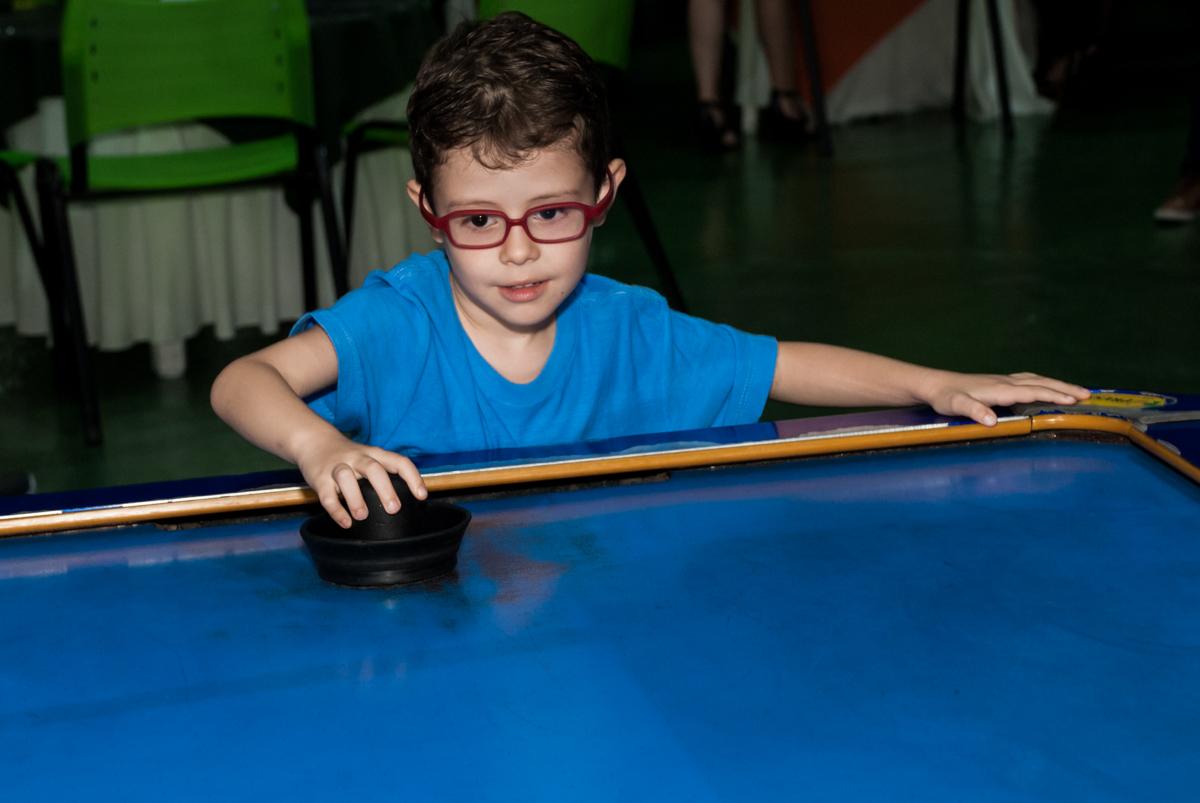 jogando futebol de mesa o Buffet Balakatoon, saude, são Paulo, aniversário de João Gabriel 5 anos, tema da festa carros