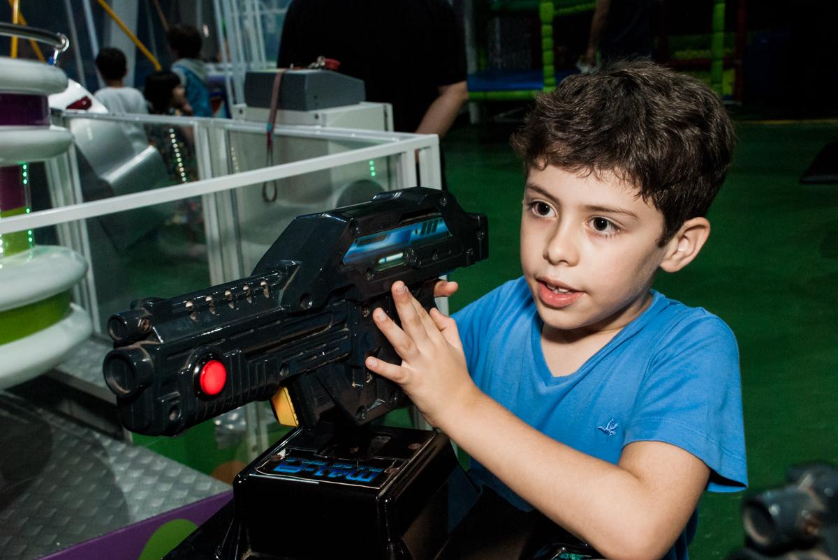 treinando no video game no Buffet Balakatoon, saude, são Paulo, aniversário de João Gabriel 5 anos, tema da festa carros
