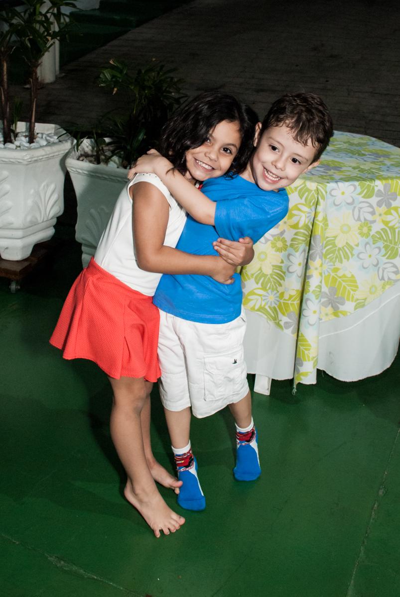 recebendo a amiga para sua festa no Buffet Balakatoon, saude, são Paulo, aniversário de João Gabriel 5 anos, tema da festa carros