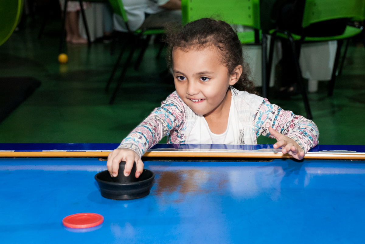 jogo animado no futebol de mesa no Buffet Balakatoon, saude, são Paulo, aniversário de João Gabriel 5 anos, tema da festa carros