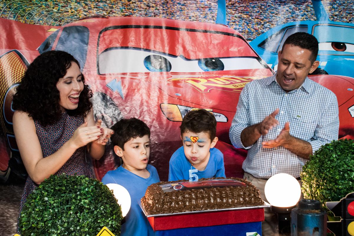 soprando a vela do bolo no Buffet Balakatoon, saude, são Paulo, aniversário de João Gabriel 5 anos, tema da festa carros