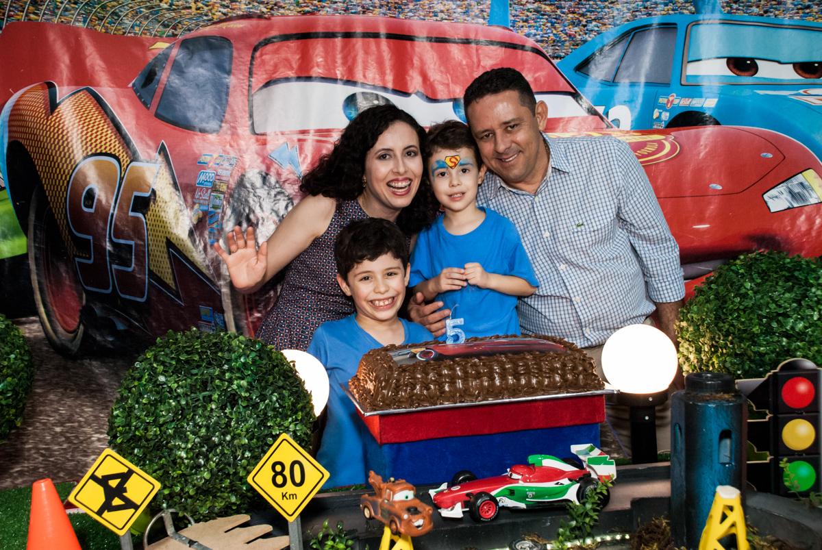 fotografia da família em frente o bolo no Buffet Balakatoon, saude, são Paulo, aniversário de João Gabriel 5 anos, tema da festa carros