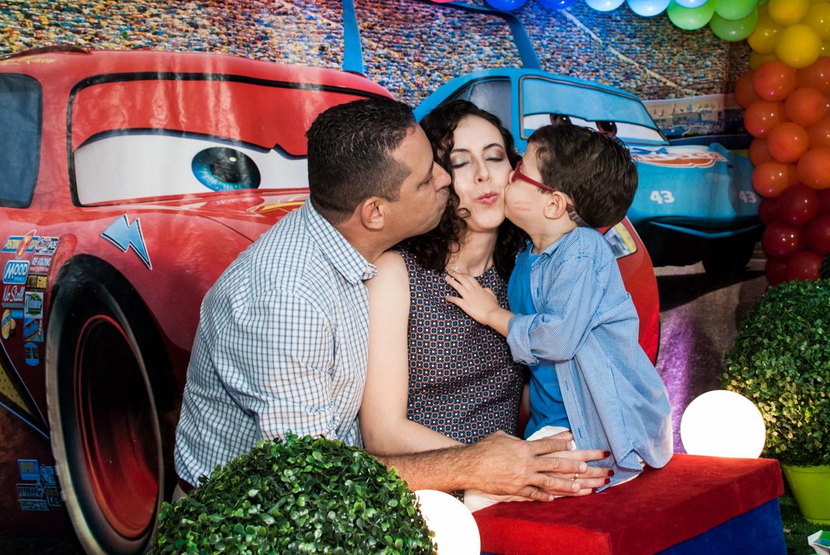 beijo sanduiche na mãe no Buffet Balakatoon, saude, são Paulo, aniversário de João Gabriel 5 anos, tema da festa carros