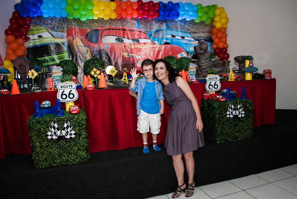 mãe e filho posam para foto no Buffet Balakatoon, saude, são Paulo, aniversário de João Gabriel 5 anos, tema da festa carros