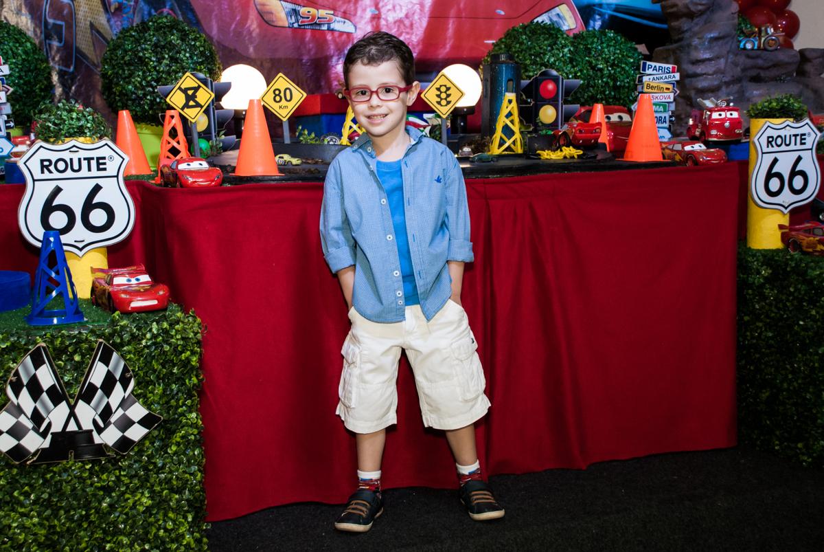 aniversariante posa para a foto no Buffet Balakatoon, saude, são Paulo, aniversário de João Gabriel 5 anos, tema da festa carros