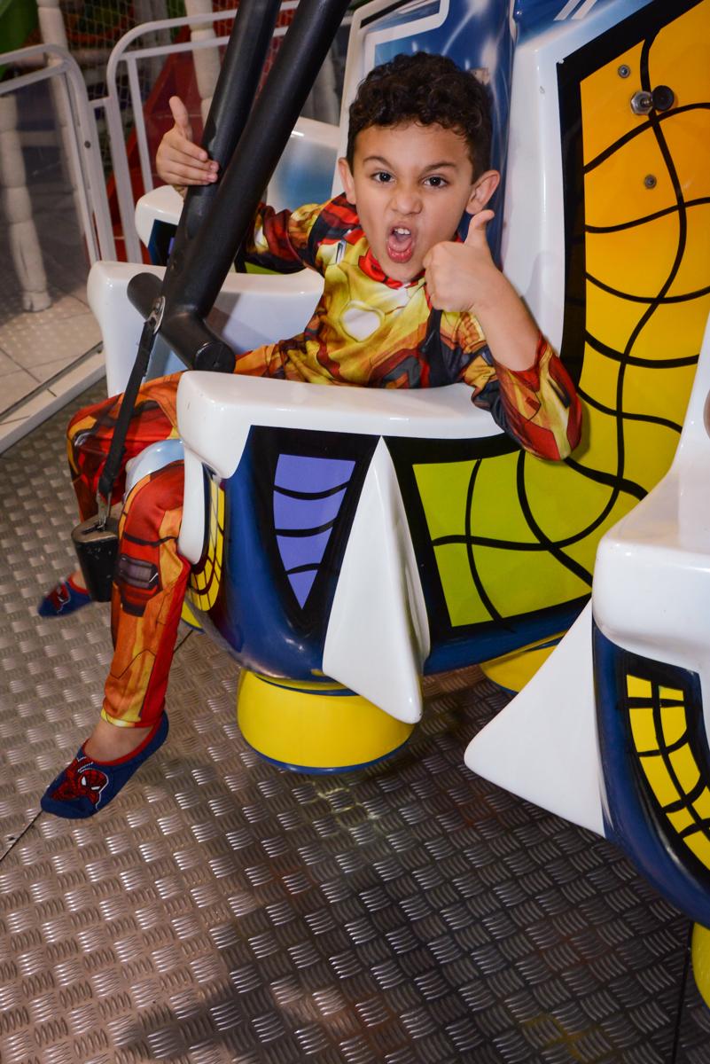 brinquedo elevador divertido no Buffet Fábrica da Alegria Osasco, São Paulo, aniversário de enrico 14 e Ryan 7 anos, tema da festa Super Heróis