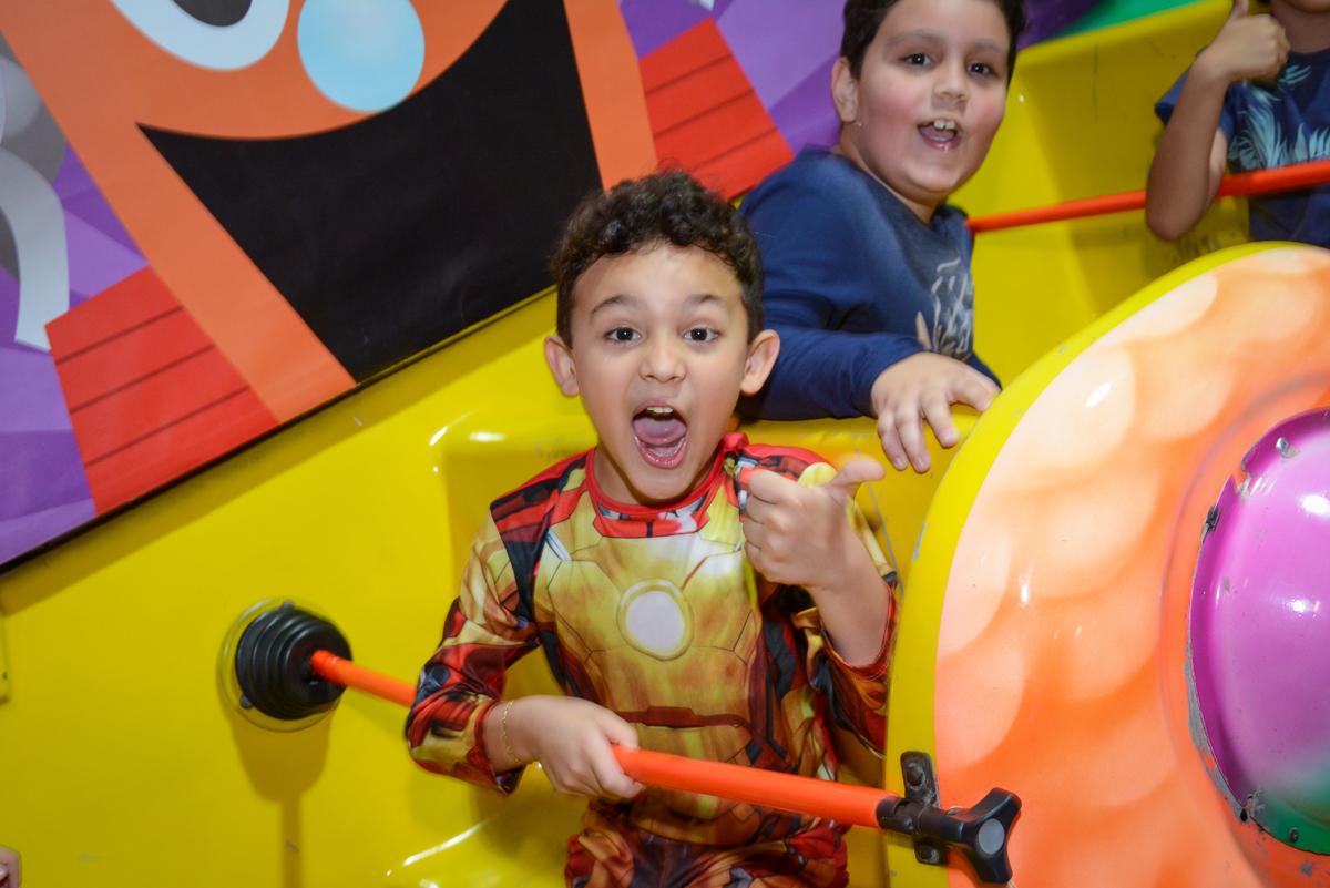 brincadeira divertida no barco vicking no Buffet Fábrica da Alegria Osasco, São Paulo, aniversário de enrico 14 e Ryan 7 anos, tema da festa Super Heróis