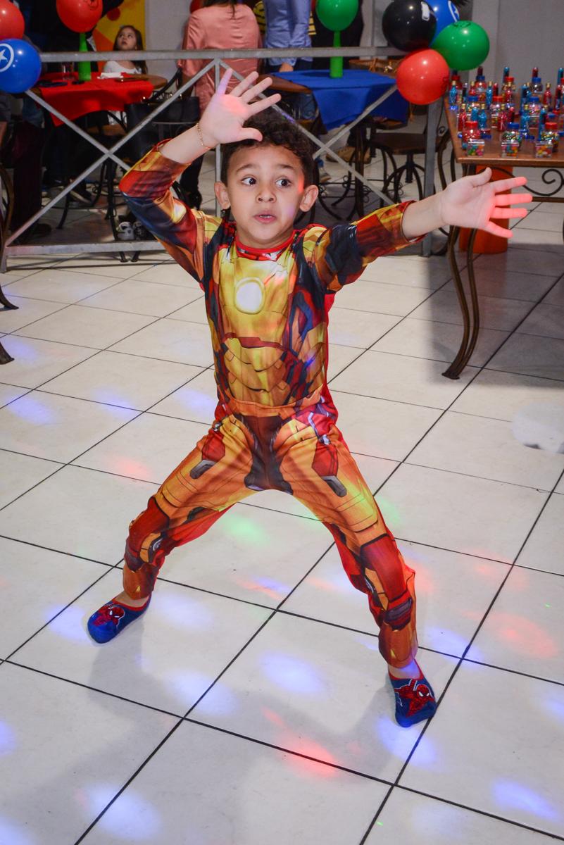 hora da balada no Buffet Fábrica da Alegria Osasco, São Paulo, aniversário de enrico 14 e Ryan 7 anos, tema da festa Super Heróis