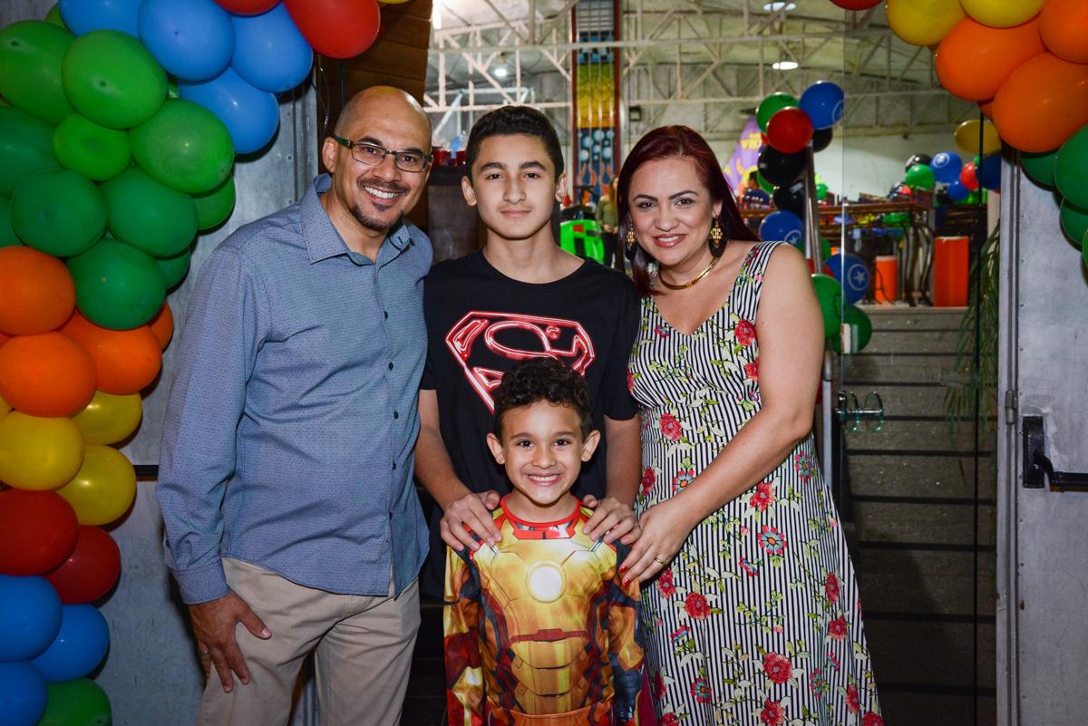 entrada da família para a festa no Buffet Fábrica da Alegria Osasco, São Paulo, aniversário de enrico 14 e Ryan 7 anos, tema da festa Super Heróis