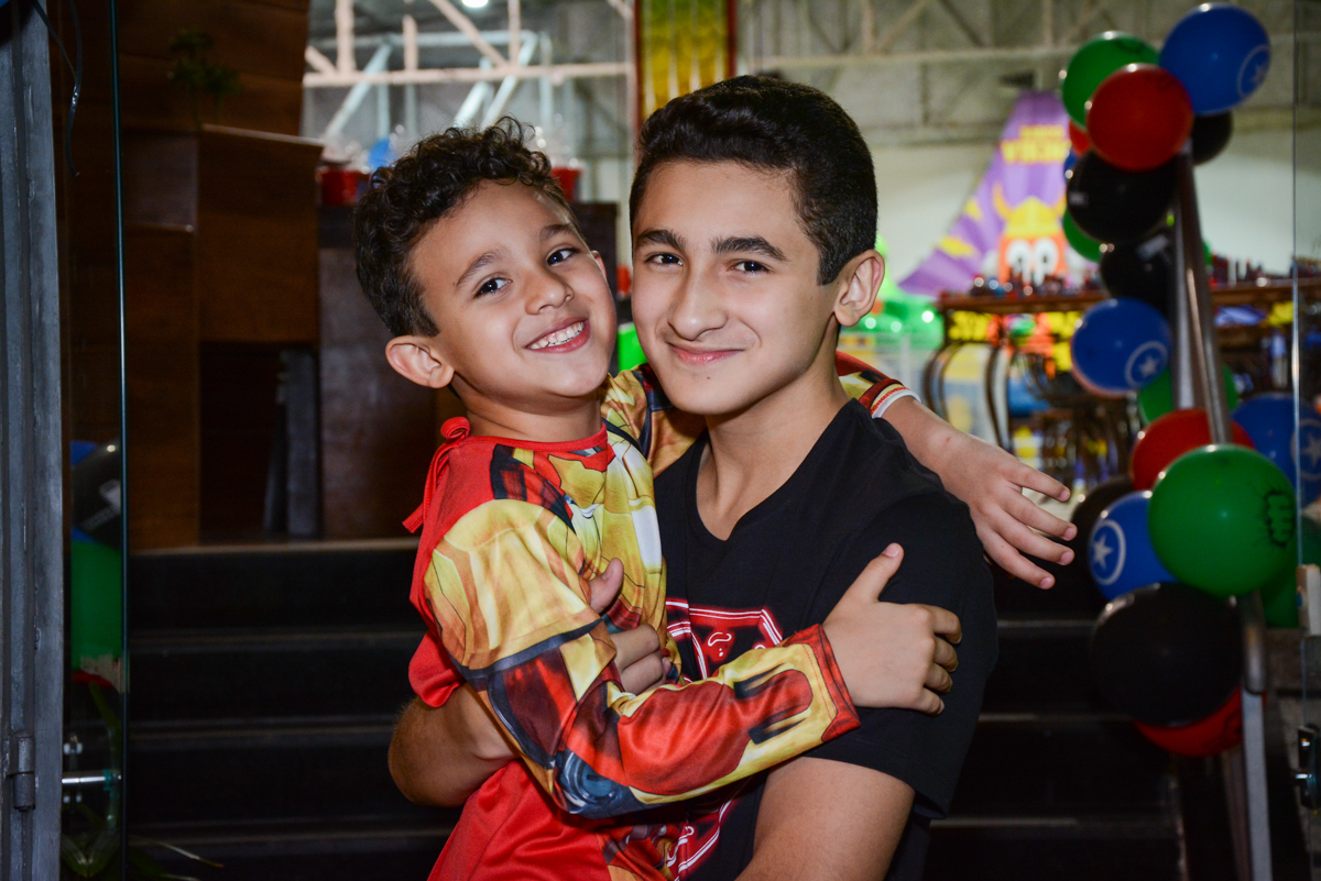 fotografia dos aniversariantes no Buffet Fábrica da Alegria Osasco, São Paulo, aniversário de enrico 14 e Ryan 7 anos, tema da festa Super Heróis