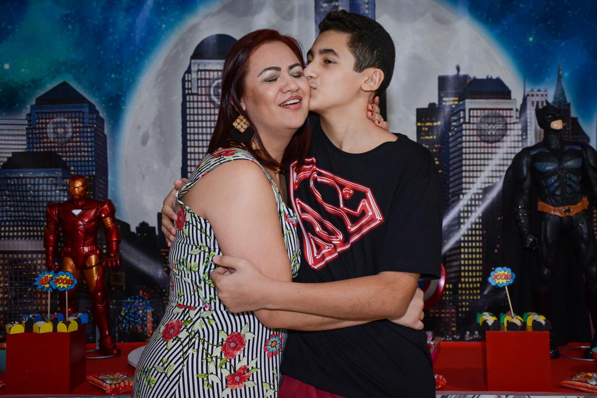 mãe ganha beijo do filho no Buffet Fábrica da Alegria Osasco, São Paulo, aniversário de enrico 14 e Ryan 7 anos, tema da festa Super Heróis