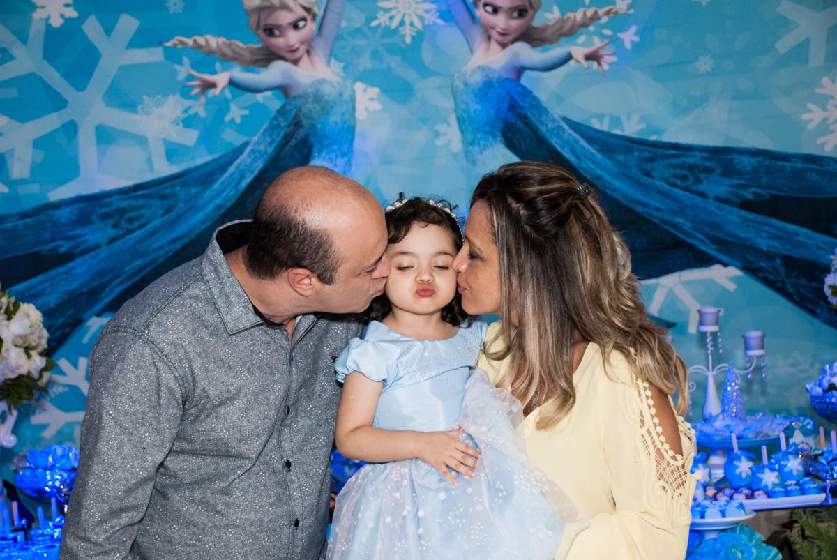 beijo sanduiche no Buffet Fábrica da Alegria, Osasco, São Paulo, aniversário de anna clara, 3 anos, tema da festa Frozen