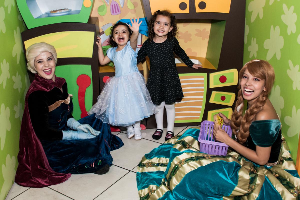 brincando com a amiga na cozinha do Buffet Fábrica da Alegria, Osasco, São Paulo, aniversário de anna clara, 3 anos, tema da festa Frozen
