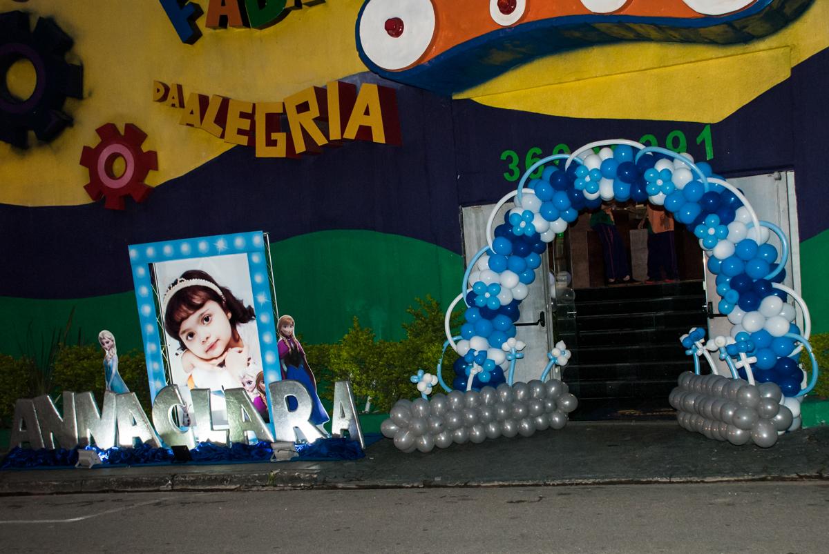 fachada de cinema no Buffet Fábrica da Alegria, Osasco, São Paulo, aniversário de anna clara, 3 anos, tema da festa Frozen