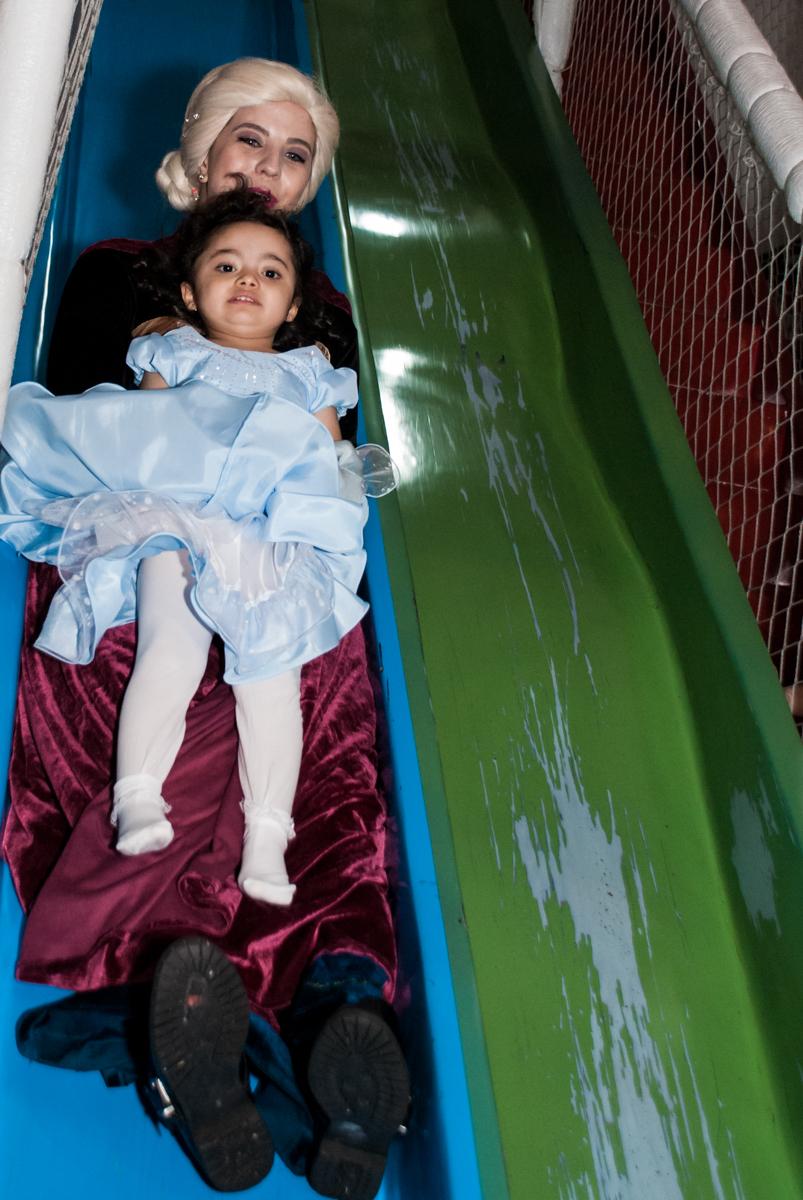 escorregando com a elsa no Buffet Fábrica da Alegria, Osasco, São Paulo, aniversário de anna clara, 3 anos, tema da festa Frozen