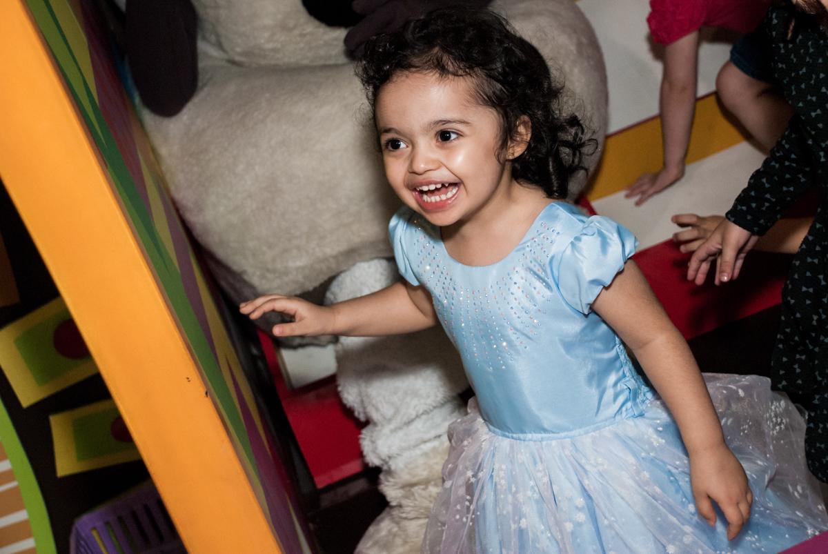 sorriso alegre no Buffet Fábrica da Alegria, Osasco, São Paulo, aniversário de anna clara, 3 anos, tema da festa Frozen