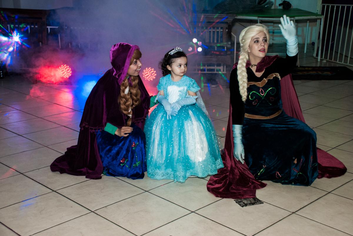 show animado com elsa e ana no Buffet Fábrica da Alegria, Osasco, São Paulo, aniversário de anna clara, 3 anos, tema da festa Frozen