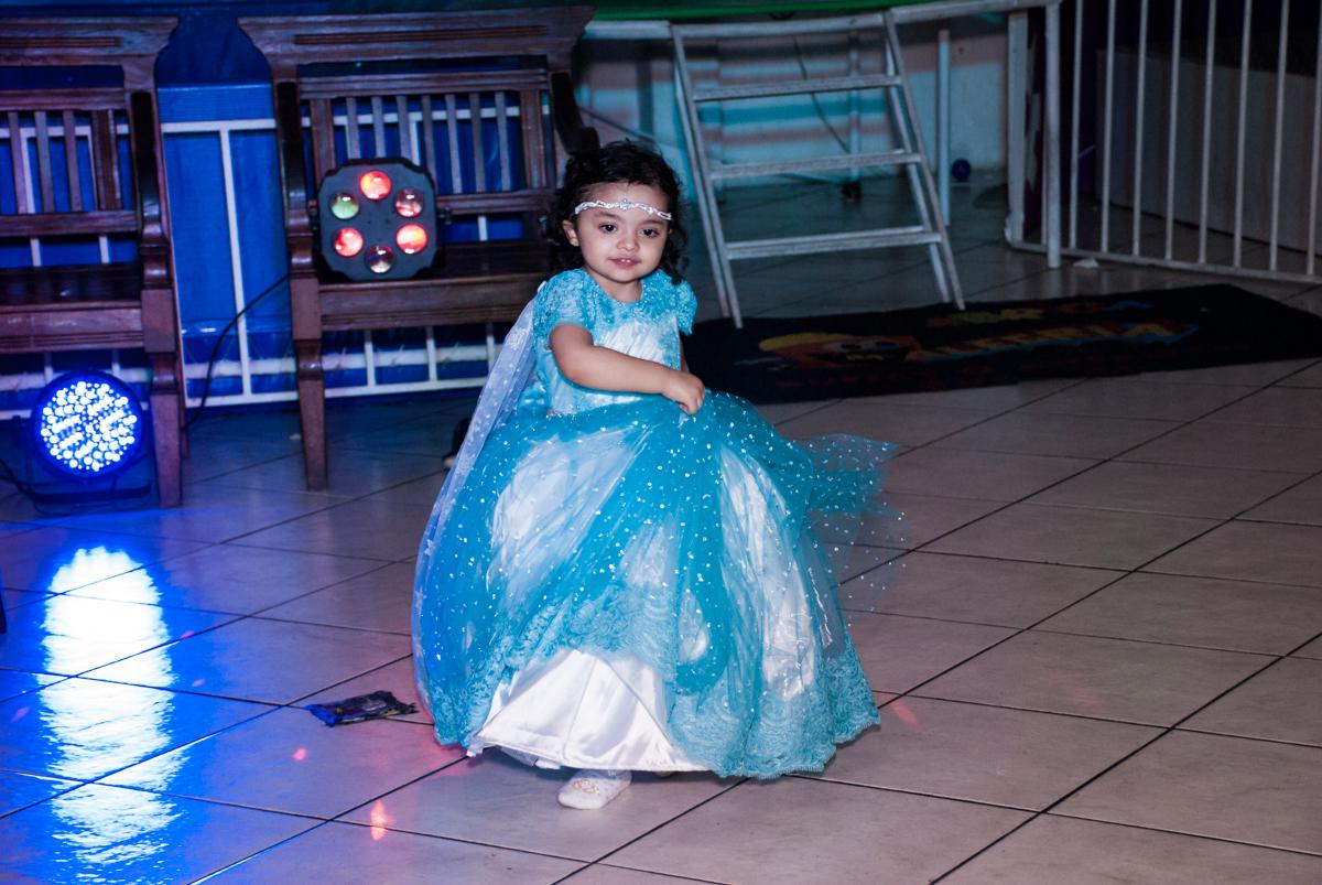 aniversariante dança no show da da frozen