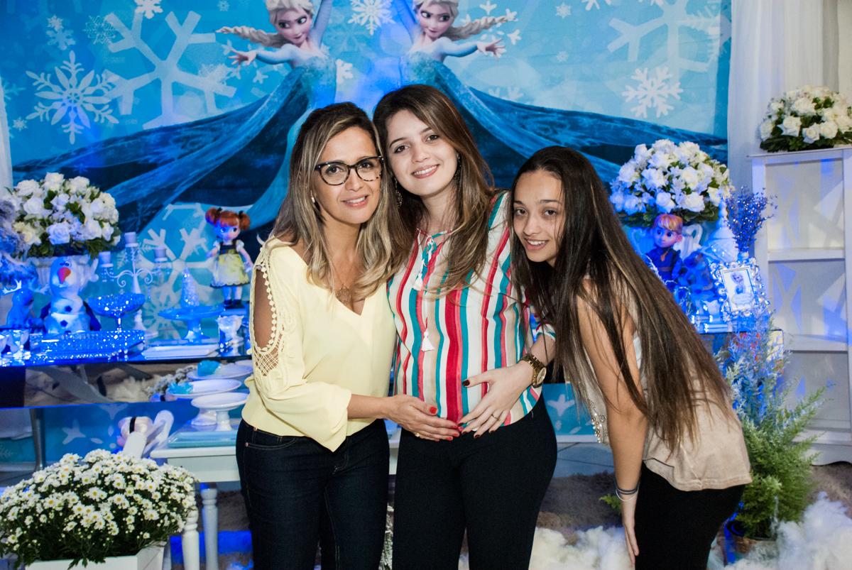 fotografia com as filhas no Buffet Fábrica da Alegria, Osasco, São Paulo, aniversário de anna clara, 3 anos, tema da festa Frozen