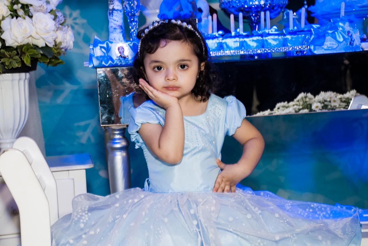 pose de princesa para a foto no Buffet Fábrica da Alegria, Osasco, São Paulo, aniversário de anna clara, 3 anos, tema da festa Frozen
