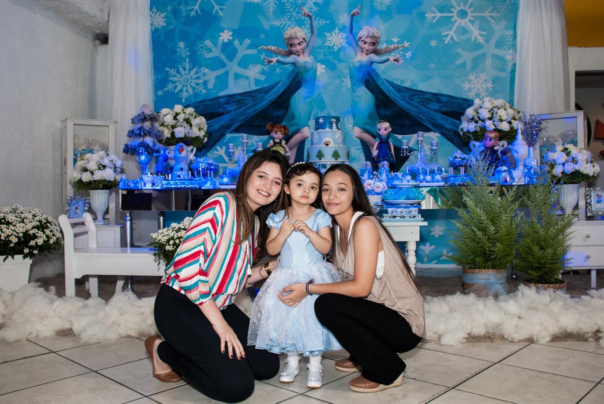 fotografia com as irmãs no Buffet Fábrica da Alegria, Osasco, São Paulo, aniversário de anna clara, 3 anos, tema da festa Frozen