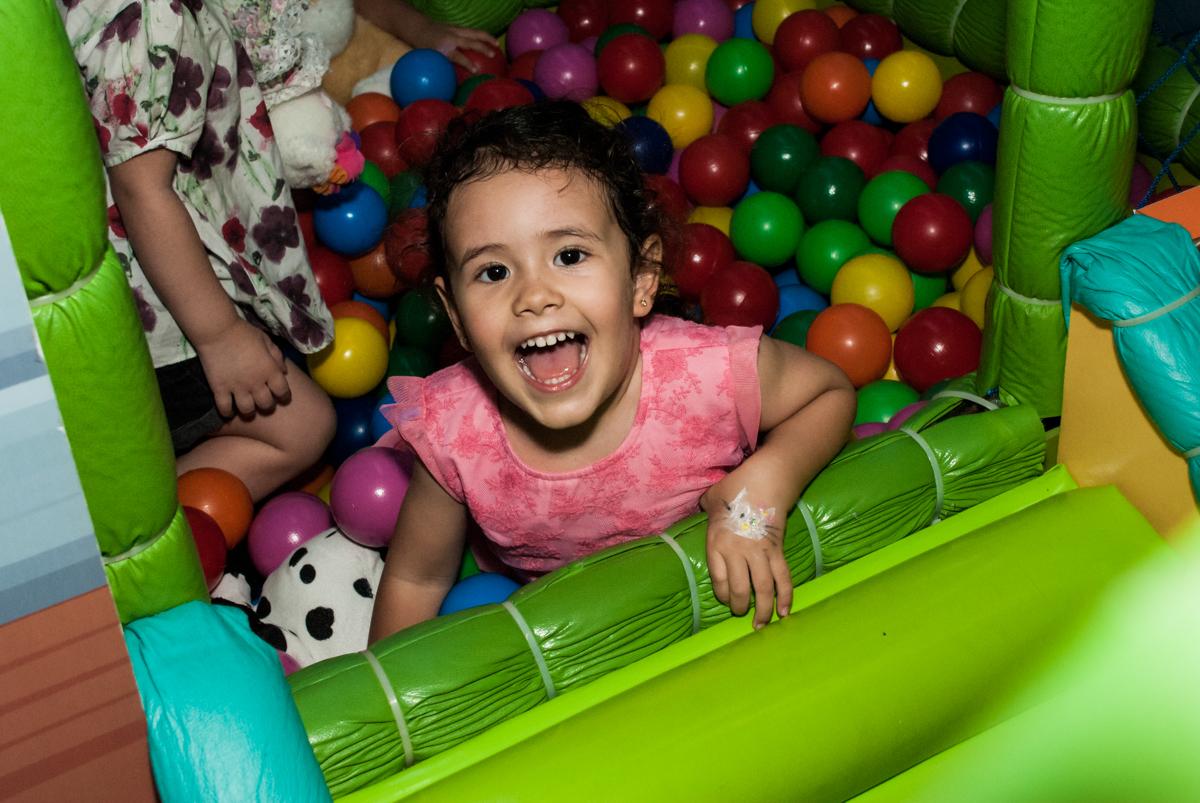 piscina de bolinhas divertida no Buffet Magic Joy, saude, são Paulo, aniversário de Catarina 3 anos, tema da festa fundo do mar