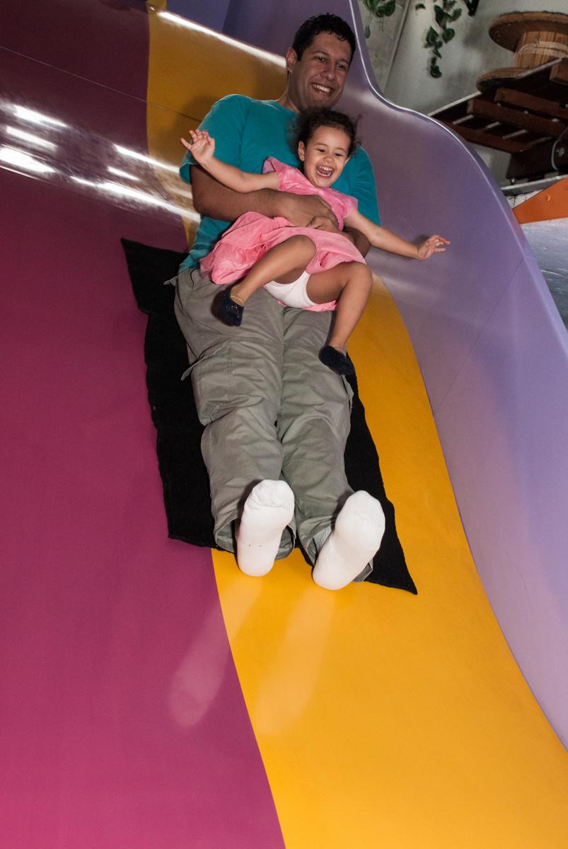 escorregando no tobogã com o pai no Buffet Magic Joy, saude, são Paulo, aniversário de Catarina 3 anos, tema da festa fundo do mar