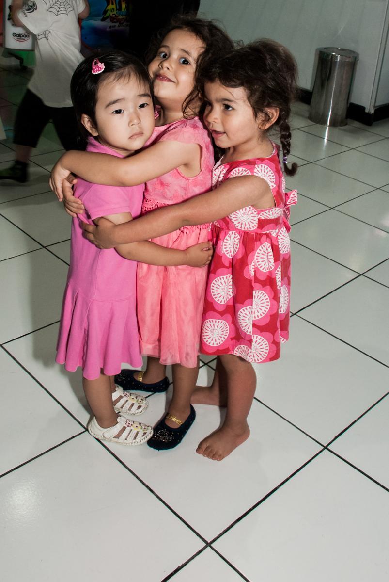 abraço das amigas no Buffet Magic Joy, saude, são Paulo, aniversário de Catarina 3 anos, tema da festa fundo do mar