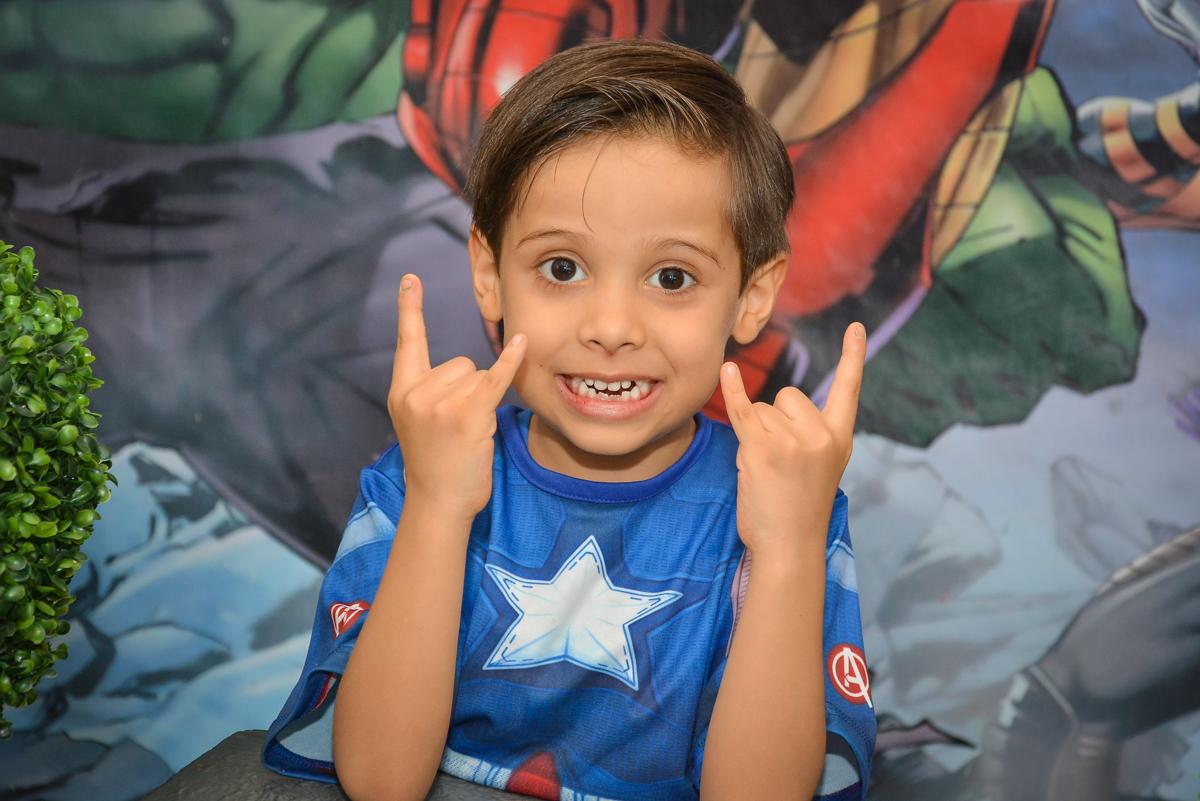 posando para a foto no buffet Fábrica da Alegria, Morumbi, São Paulo, aniversário de Leonardo 5 anos, tema da festa os vingadores