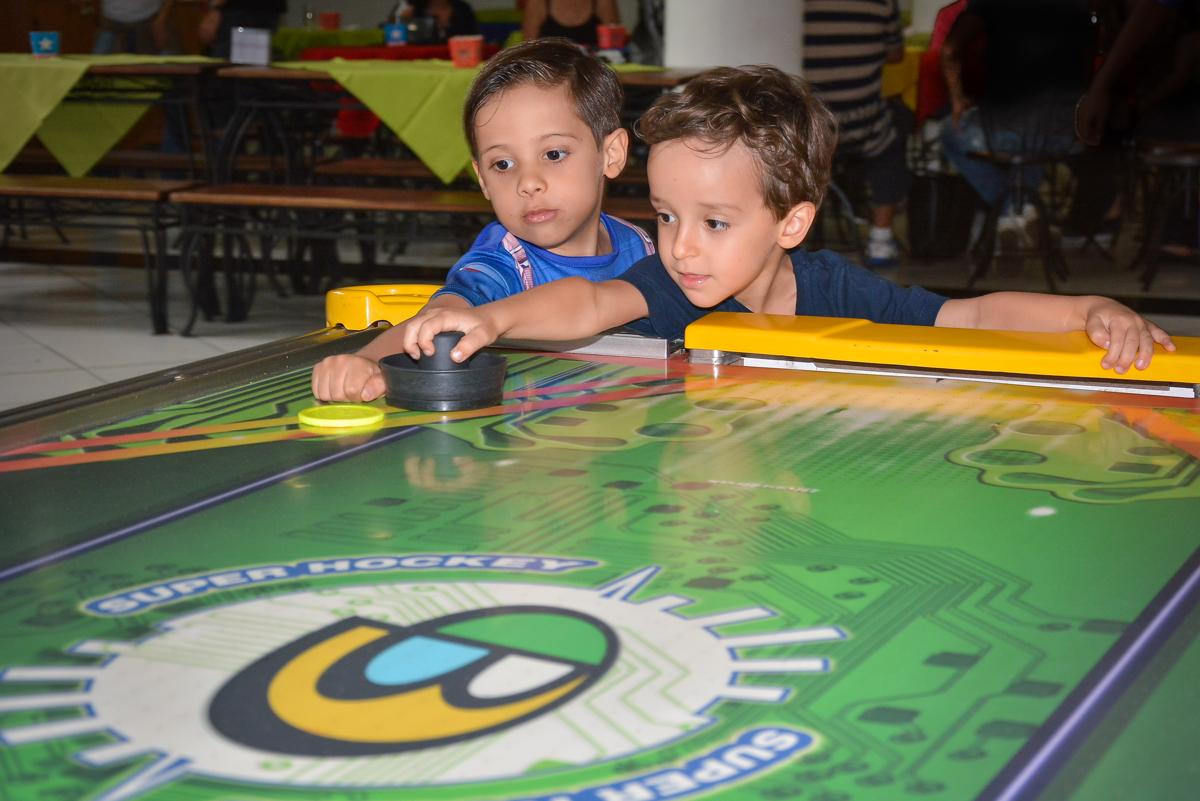jogando futebol de mesa no buffet Fábrica da Alegria, Morumbi, São Paulo, aniversário de Leonardo 5 anos, tema da festa os vingadores