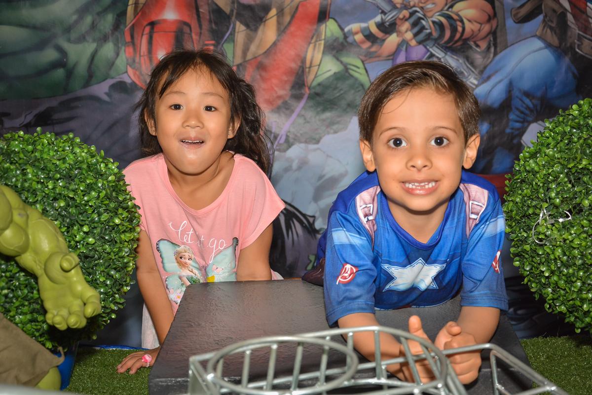fotografia com amiga no buffet Fábrica da Alegria, Morumbi, São Paulo, aniversário de Leonardo 5 anos, tema da festa os vingadores