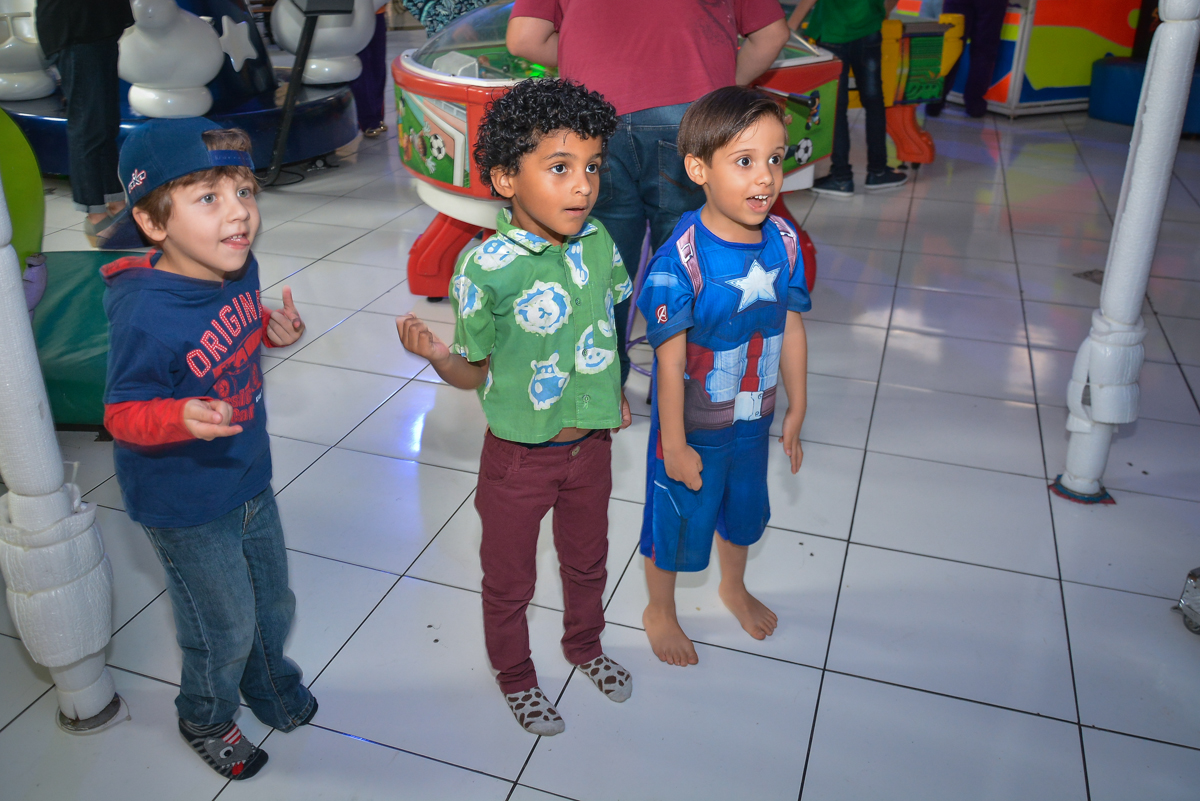 brincando no x box no buffet Fábrica da Alegria, Morumbi, São Paulo, aniversário de Leonardo 5 anos, tema da festa os vingadores