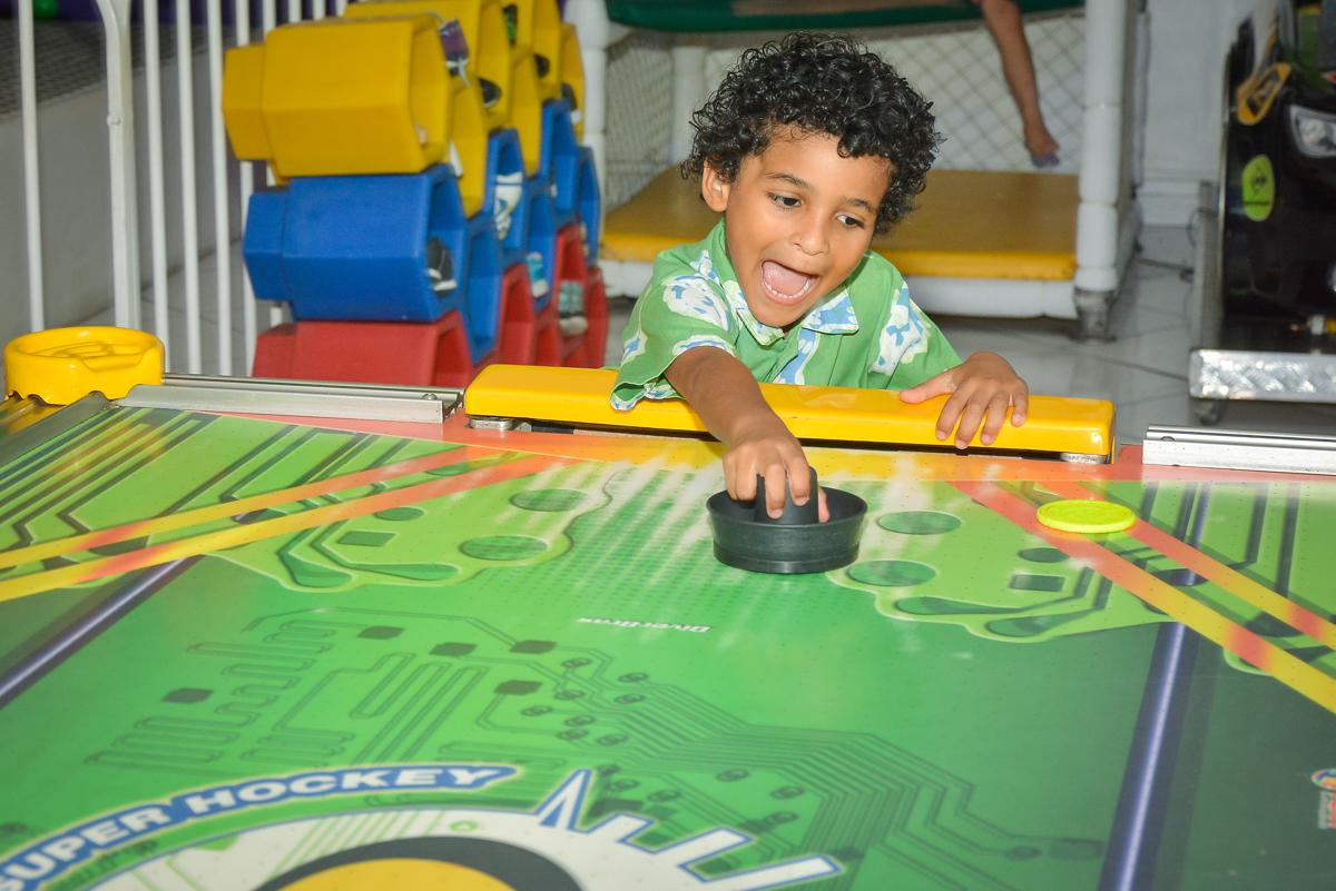 disputando jogo de futeol no buffet Fábrica da Alegria, Morumbi, São Paulo, aniversário de Leonardo 5 anos, tema da festa os vingadores