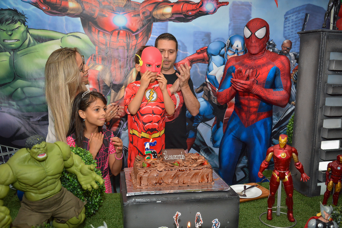 hora de cantar parabéns no buffet Fábrica da Alegria, Morumbi, São Paulo, aniversário de Leonardo 5 anos, tema da festa os vingadores