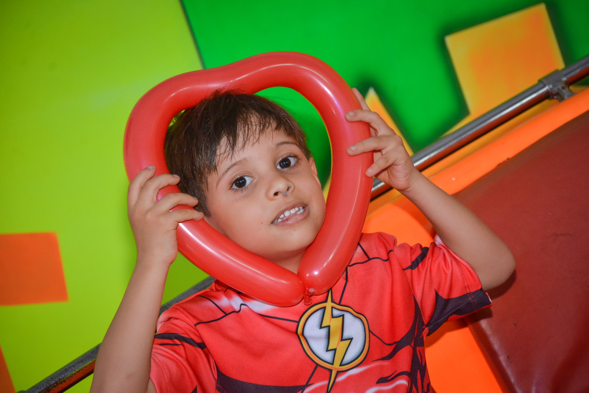 bexiga de coração moldura para a foto no buffet Fábrica da Alegria, Morumbi, São Paulo, aniversário de Leonardo 5 anos, tema da festa os vingadores