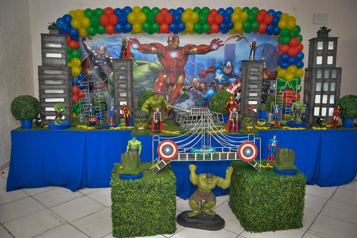 mesa decorada no buffet Fábrica da Alegria, Morumbi, São Paulo, aniversário de Leonardo 5 anos, tema da festa os vingadores