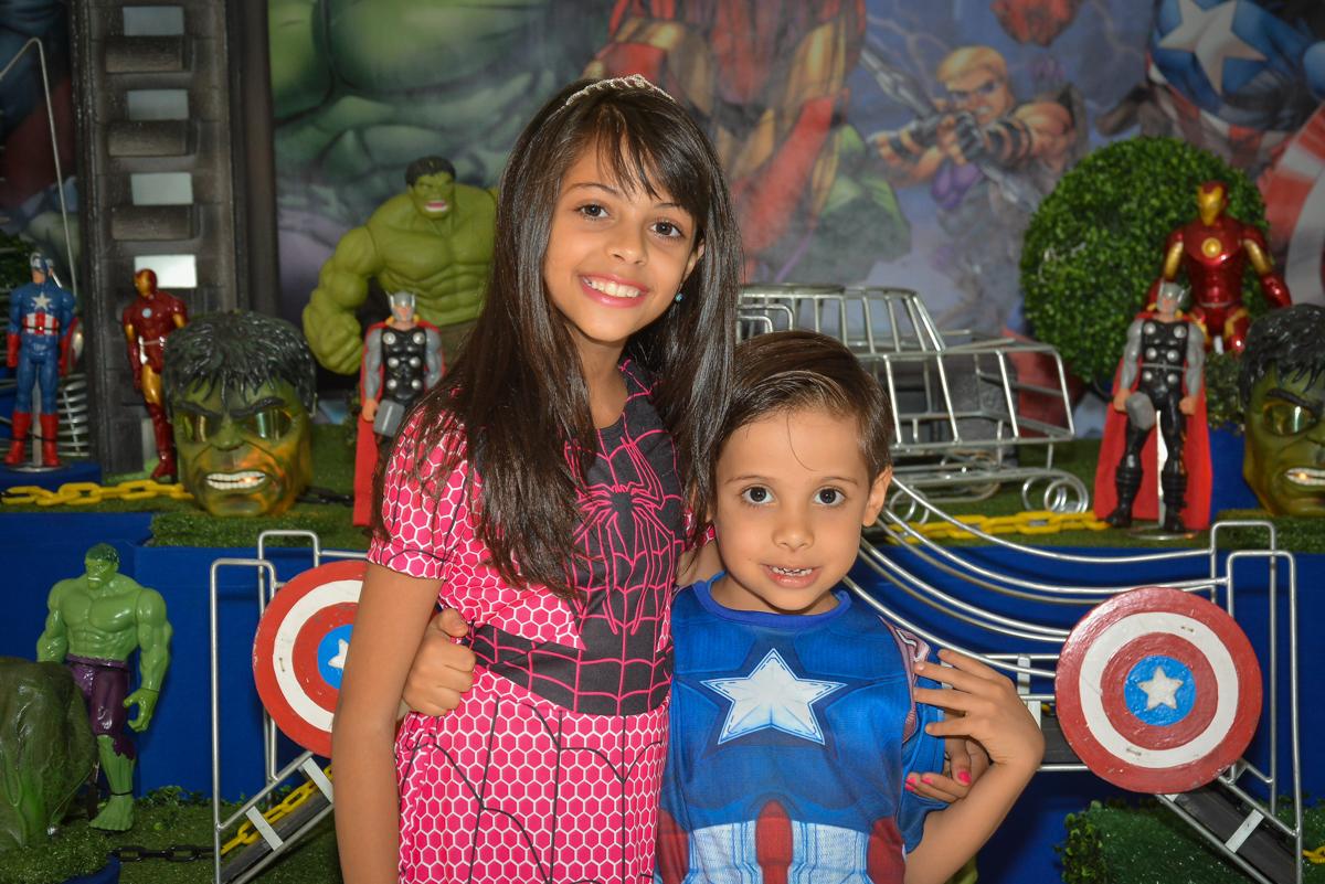 foto com a irmã no buffet Fábrica da Alegria, Morumbi, São Paulo, aniversário de Leonardo 5 anos, tema da festa os vingadores