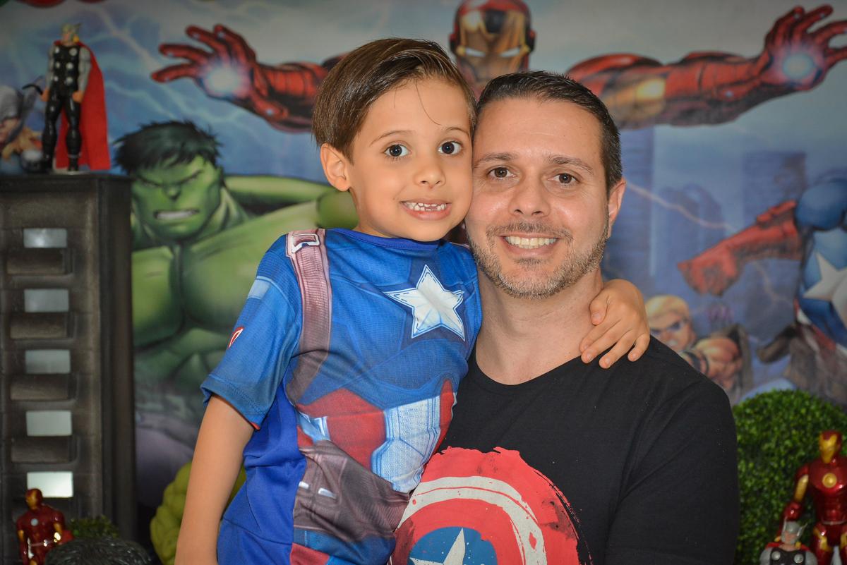 foto pai e filho no buffet Fábrica da Alegria, Morumbi, São Paulo, aniversário de Leonardo 5 anos, tema da festa os vingadores