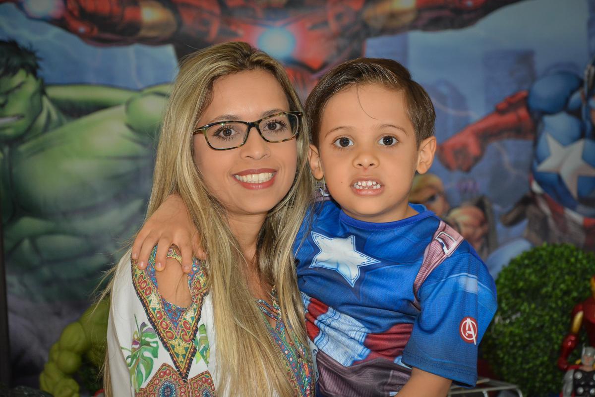 foto mãe e filho no buffet Fábrica da Alegria, Morumbi, São Paulo, aniversário de Leonardo 5 anos, tema da festa os vingadores