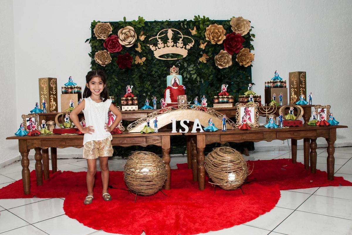 foto em frente a mesa temática no Buffet Fábrica da Alegria, Morumbi, São Paulo, aniversário de Isabela 6 anos, tema da festa Elena de Avalor