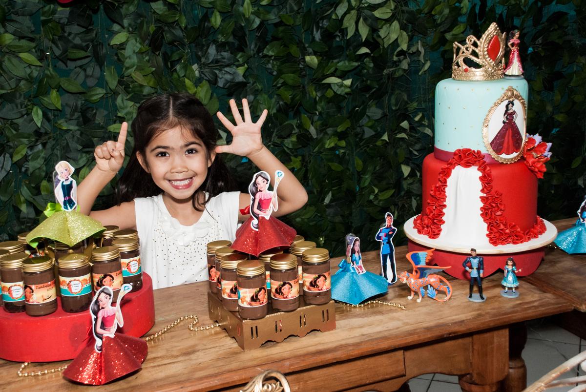 sorrisos para a fotografia no Buffet Fábrica da Alegria, Morumbi, São Paulo, aniversário de Isabela 6 anos, tema da festa Elena de Avalor