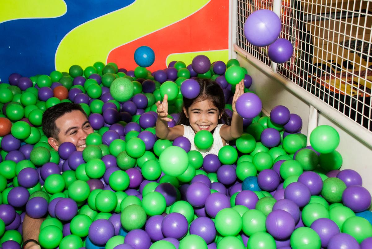 brincadeiras na piscina de bolinhas no Buffet Fábrica da Alegria, Morumbi, São Paulo, aniversário de Isabela 6 anos, tema da festa Elena de Avalor