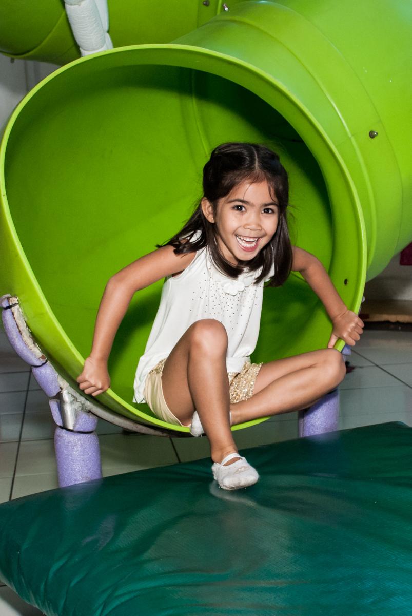escorregador legal no Buffet Fábrica da Alegria, Morumbi, São Paulo, aniversário de Isabela 6 anos, tema da festa Elena de Avalor