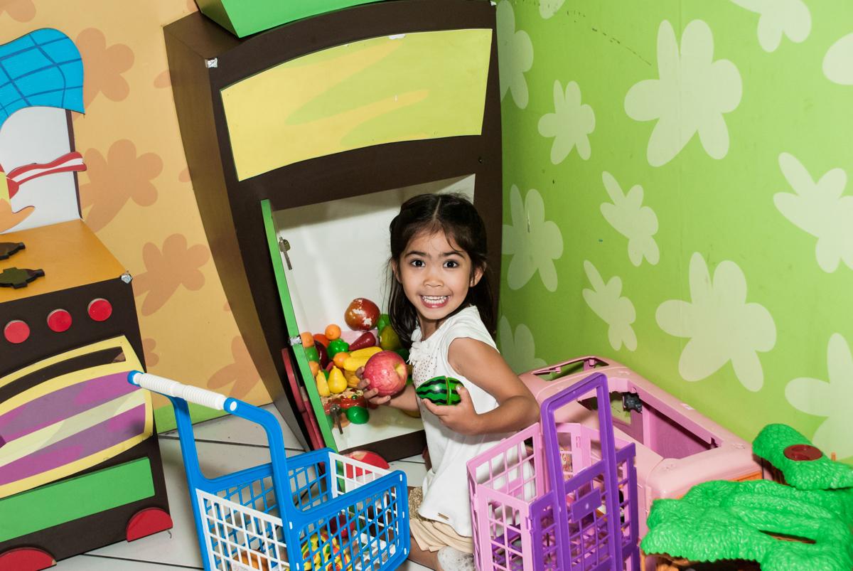 fazendo compras no mercadinho no Buffet Fábrica da Alegria, Morumbi, São Paulo, aniversário de Isabela 6 anos, tema da festa Elena de Avalor